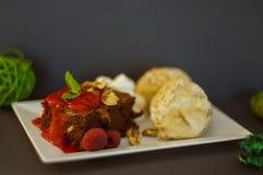 'brownie' avec la glace et les framboises Images libres de droits