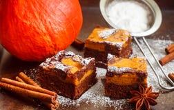 brownie Brownie del cioccolato con la zucca e la cannella Un dessert americano tradizionale Immagini Stock