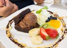 Brownie calientes servidos con helado de chocolate Adorne con vari foto de archivo