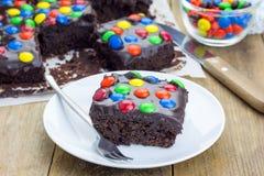 Brownie casalinghi con il ganache e le caramelle del cioccolato Fotografia Stock