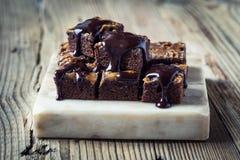 Brownie casalinghi del cioccolato del caramello Fotografie Stock Libere da Diritti