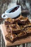 Brownie casalinghi del cioccolato del caramello Fotografia Stock