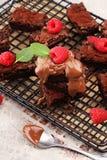 Brownie casalinghi del cioccolato sulla tavola rustica forno del brownie Fotografia Stock Libera da Diritti