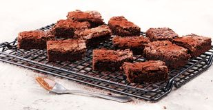 Brownie casalinghi del cioccolato sulla tavola rustica forno del brownie Immagine Stock