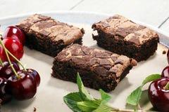 Brownie casalinghi del cioccolato sulla tavola rustica forno del brownie Immagini Stock