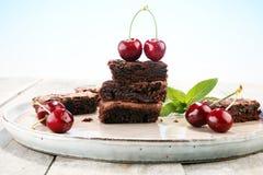 Brownie casalinghi del cioccolato sulla tavola rustica forno del brownie Fotografia Stock