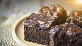 Brownie casalingo fresco del cioccolato con le mandorle sul legno del pallet Fotografia Stock