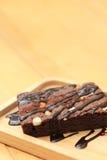 Brownie caseiro do chocolate na placa de madeira com espaço da cópia Fotos de Stock