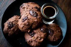 Brownie Chocolate Cookies med espresso Royaltyfria Bilder