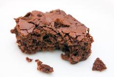 Brownie com mordida-marcas no branco Fotos de Stock Royalty Free
