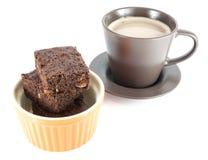 Brownie con caffè isolato su bianco Immagini Stock Libere da Diritti