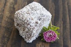 Brownie con la noce di cocco sul bordo rustico Fotografie Stock