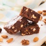 'brownie' de chocolat avec des écrous images libres de droits
