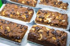 'brownie' de chocolat avec l'anacarde et le caramel Photos libres de droits
