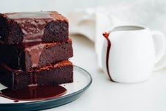 'brownie' de chocolat avec le sirop de chocolat Dessert américain Photos libres de droits