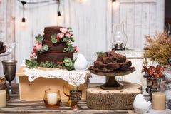 'brownie' de chocolat dedans empilés sur la table en bois Images stock
