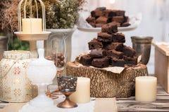 'brownie' de chocolat dedans empilés sur la table en bois Images libres de droits