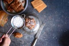 'brownie' de farine d'amande avec le beurre et les biscuits d'arachide images libres de droits