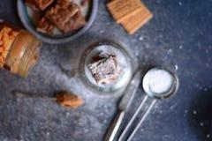 'brownie' de farine d'amande avec le beurre et les biscuits d'arachide photographie stock libre de droits