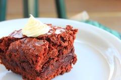 'brownie' de fondant d'un plat blanc Photographie stock libre de droits