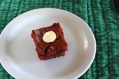 'brownie' de fondant d'un plat blanc Photos stock