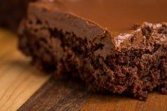 'brownie' de fondant de chocolat sur la planche à découper en bois Image stock