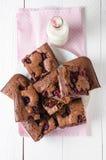 Brownie de la frambuesa relleno con el pastel de queso, visión superior Imagen de archivo