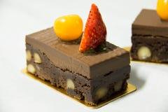 Brownie de la pasta dura de chocolate con la pacana y la nuez fotos de archivo libres de regalías