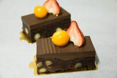 Brownie de la pasta dura de chocolate con la pacana y la nuez fotos de archivo