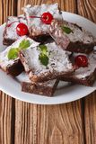 Brownie de la torta con las nueces en una placa Primer vertical Imágenes de archivo libres de regalías