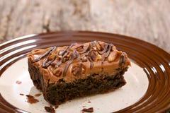 Brownie de la torta en una placa Foto de archivo