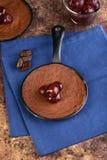 Brownie de la visión superior con las cerezas de bing foto de archivo libre de regalías