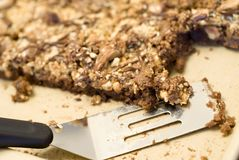 Brownie de nuez del caramelo imagenes de archivo