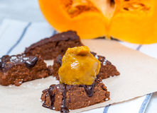 'brownie' de vegan de potiron avec un scoop de crème glacée de potiron Photo stock