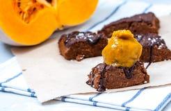 'brownie' de vegan de potiron avec un scoop de crème glacée de potiron Photo libre de droits