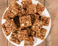 Brownie del caramello del cioccolato con i dadi immagine stock libera da diritti