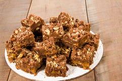 Brownie del caramello del cioccolato con i dadi fotografie stock libere da diritti