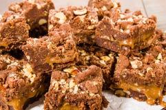 Brownie del caramello del cioccolato con i dadi fotografia stock libera da diritti