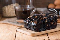 Brownie del chocolate con el desmoche de la almendra imagen de archivo libre de regalías