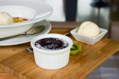 Brownie del chocolate con helado de vainilla imagen de archivo