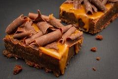 Brownie del chocolate con las escamas saladas de la salsa y del chocolate del caramelo fotografía de archivo