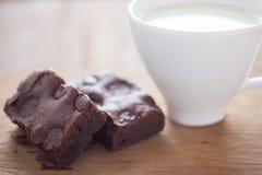 Brownie del chocolate con leche en un casquillo Fotografía de archivo libre de regalías