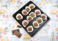 Brownie del chocolate en casos en una bandeja de la hornada Imagen de archivo libre de regalías