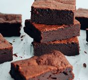 Brownie del chocolate Torre del brownie del chocolate fotografía de archivo libre de regalías