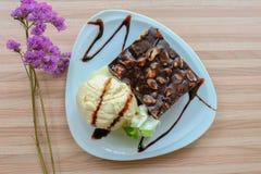Brownie del chocolate y crema de Vanilla Ice imagenes de archivo