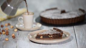 Brownie del cioccolato con caffè Caffè di versamento nella tazza archivi video