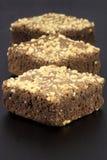 Brownie del cioccolato con le arachidi incrinate sulla parte superiore Immagine Stock