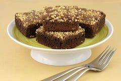 Brownie del cioccolato con le arachidi incrinate sulla parte superiore Immagini Stock