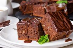 Brownie del cioccolato con le noci su un fondo di legno scuro Fotografia Stock