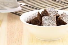 Brownie del cioccolato con zucchero in polvere sulla parte superiore Fotografia Stock